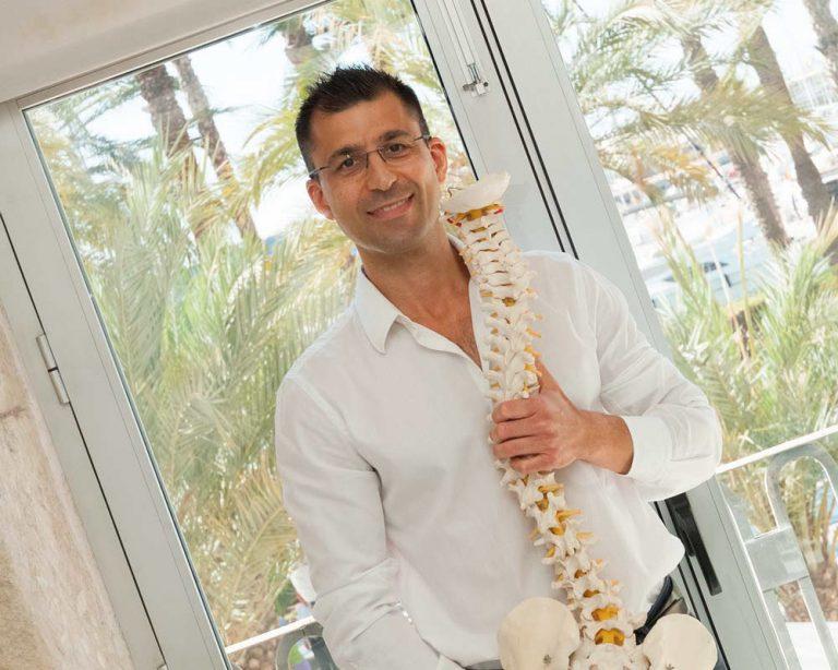 Saman Pouramini y columna vertebral en clinica de Alicante